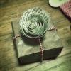 好きな紙でつくるラッピングのアクセントくるくる巻くだけの簡単紙バラ